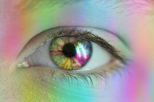 Occhio aperto con colori dell'arcobaleno