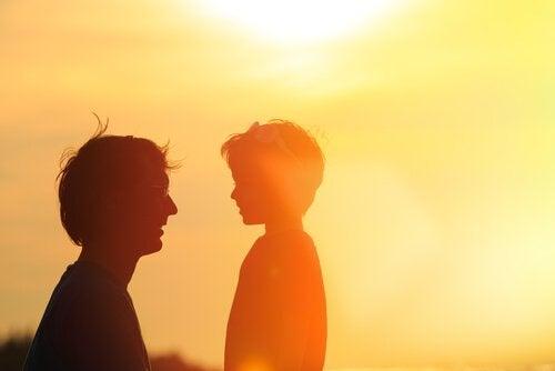 Padre e figlio al tramonto