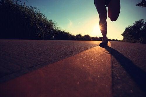 Persona si allena per correre una maratona