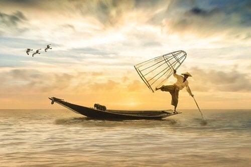 Uomo giapponese che pesca