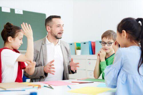 Professore che spiega la materia agli alunni.
