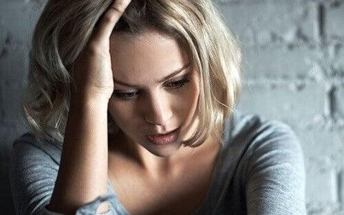 Ragazza in preda all'ansia