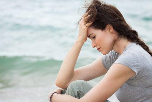 Ragazza triste davanti al mare