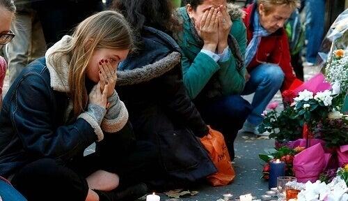 Ragazzi piangono vittime del terrorismo