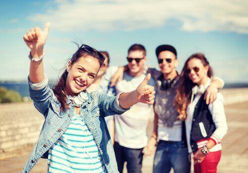 Ragazzi che scattano una foto felici
