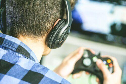 Ragazzo con cuffie gioca ai videogiochi