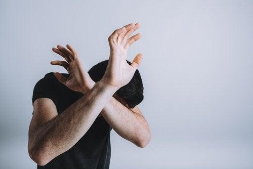 Ragazzo nasconde la testa in preda alla nosofobia