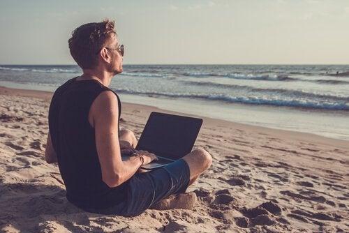 Ragazza sulla spiaggia con il computer
