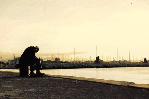 Uomo afflitto al porto