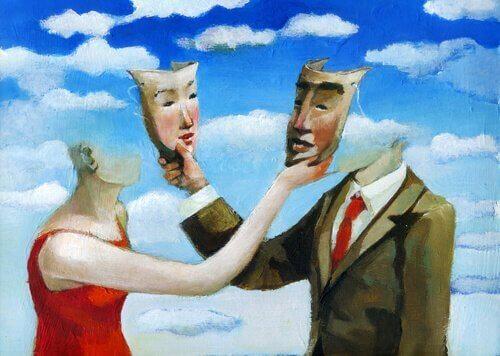 Uomo e donna che si scambiano maschere nella drammaturgia sociale