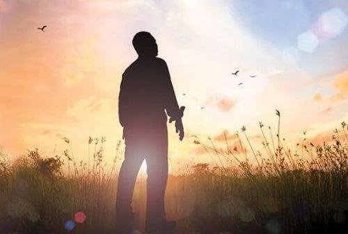 Uomo che guarda il sole