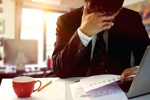 Uomo in ufficio con chiari sintomi dell'ansia