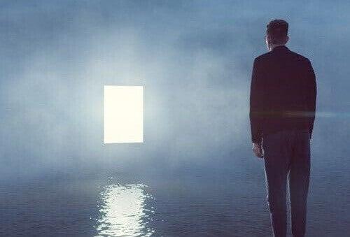 Uomo davanti a finestra di luce