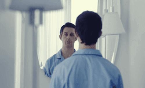Uomo si guarda allo specchio