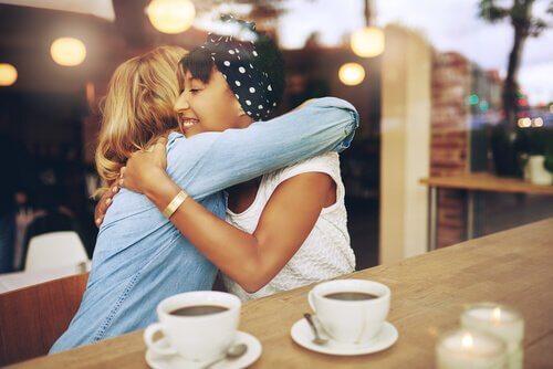 Amiche che si abbracciano e caffè