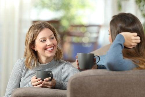 Amiche parlano bevendo un caffè