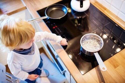 Bambino con pentole in cucina