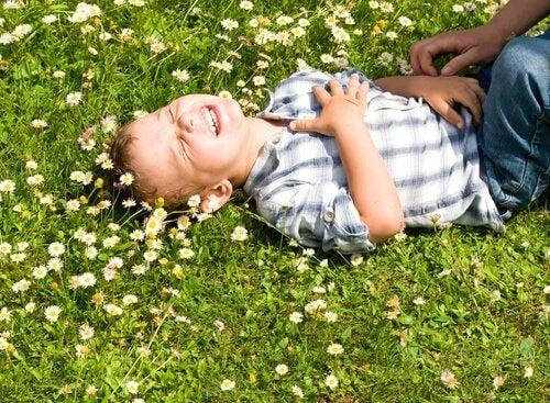 Bimbo ride sul prato fiorito