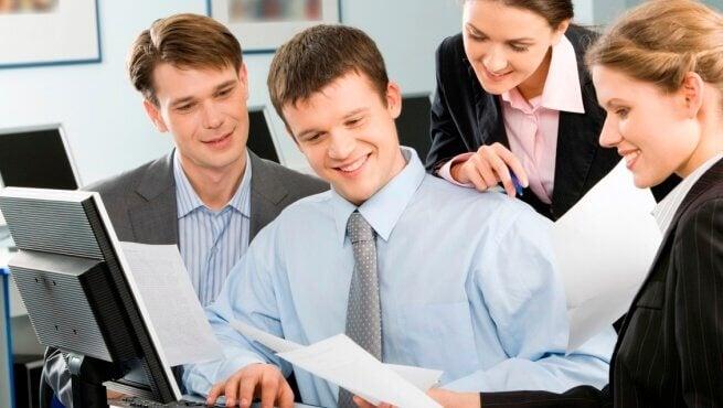 Colleghi di lavoro sorridenti
