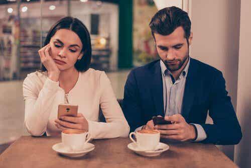 Usare troppo lo smartphone peggiora le relazioni e annulla l'empatia