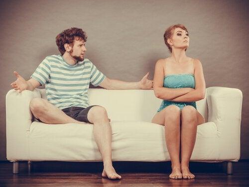 Coppia sul divano che litiga