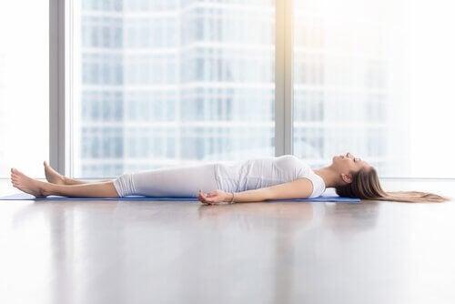Donna che pratica yoga nidra