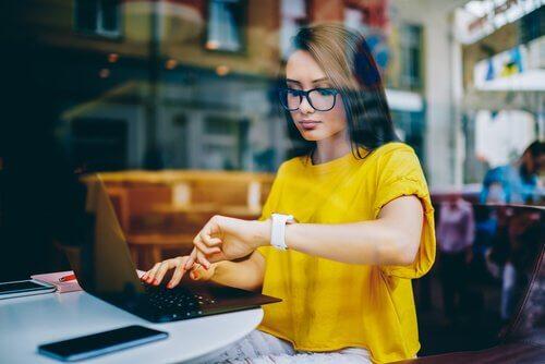Donna lavora dal portatile