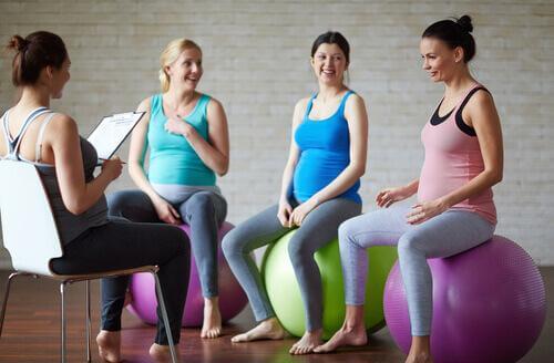 Donne a lezione di yoga prenatale