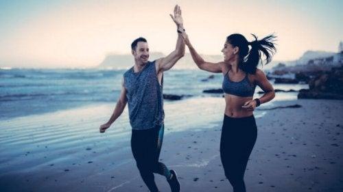 Coppia che fa sport in spiaggia