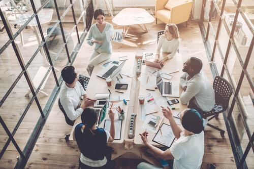 Gruppo di lavoro che discute di un progetto