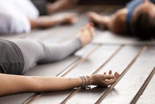 Gruppo di persone fa yoga