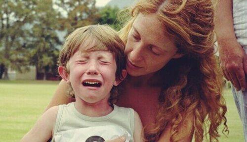 Mamma che tranquillizza figlio che piange