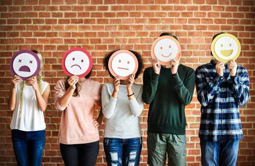 Persone con disegni di emozioni sui loro volti