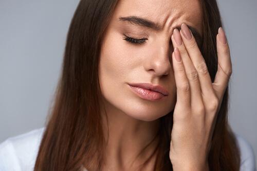 Ragazza con mal di testa e stressata