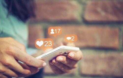Ragazza che guarda i social network
