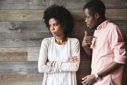 Ragazzo cerca di gestire il comportamento passivo-aggressivo della partner