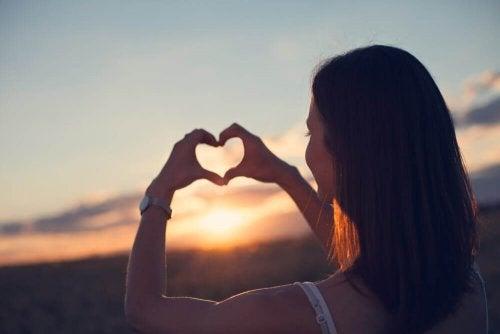 Ragazza con mani a forma di cuore