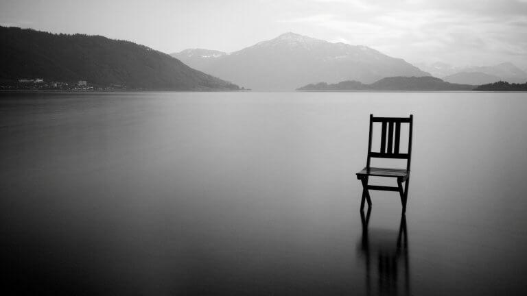 Sedia in un lago vuoto