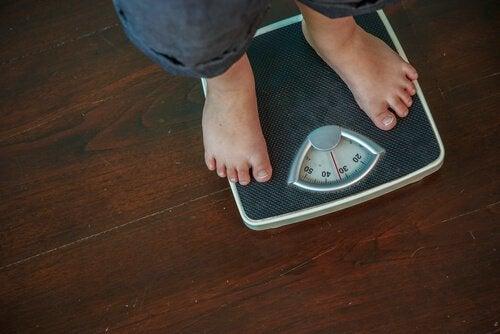 Uomo che si pesa