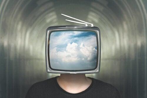 Uomo con testa a tv