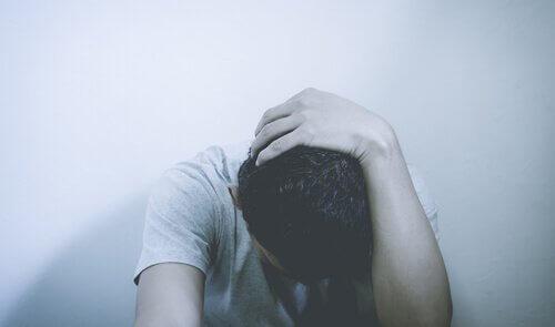 Uomo preoccupato disturbo d'ansia generalizzata
