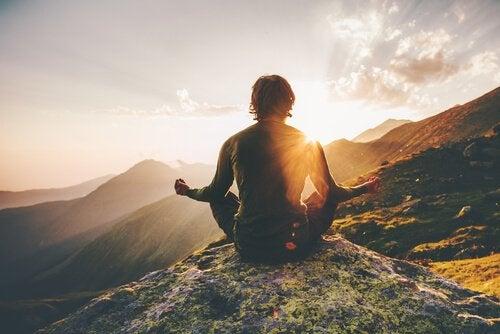 Uomo che medita in montagna