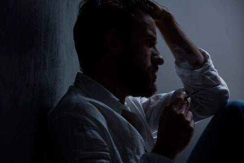 Uomo pensieroso al buio