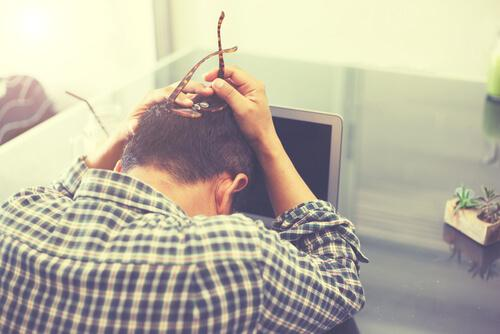 Uomo stressato dal lavoro