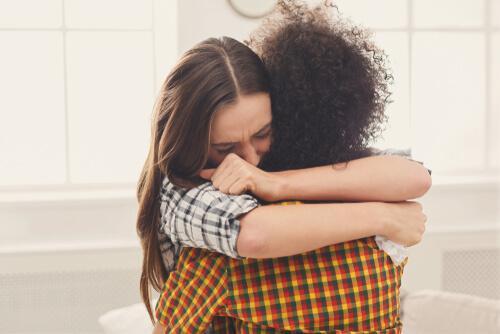 Abbraccio tra amiche