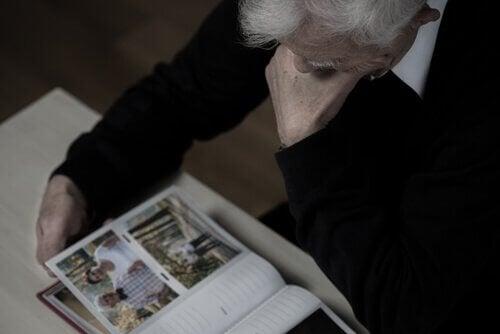 Anziano legge una rivista