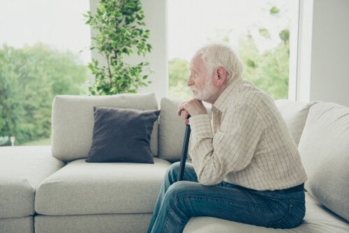 Anziano sul divano