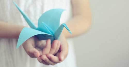 Bambina con origami