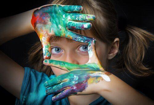 Bambina creativa