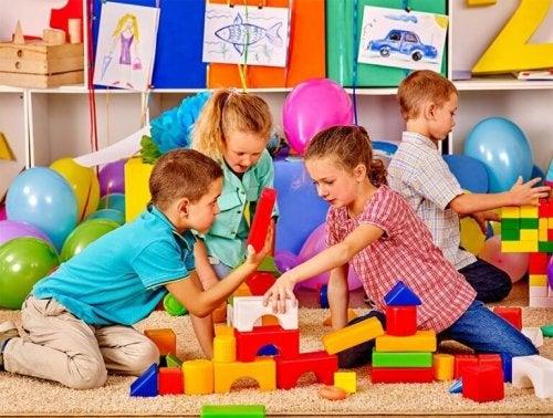 Bambini che giocano con forme per le costruzioni